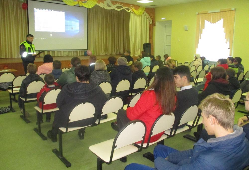 Сотрудники Госавтоинспекции призывают родителей обучать детей ПДД