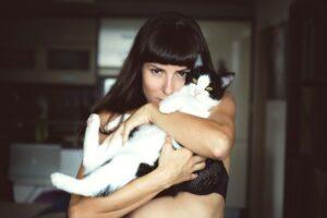 Одинокие мужчины чаще заводят котов, чем женщины